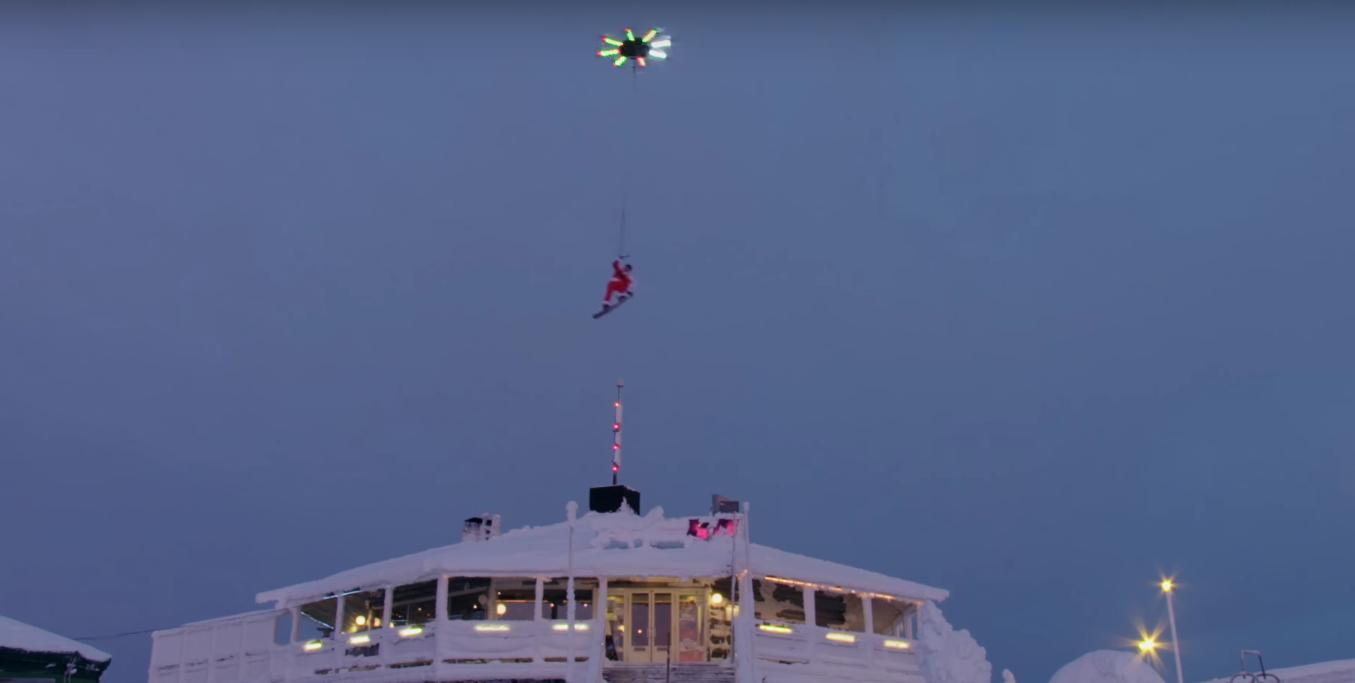 Casey Neistat hangt aan een drone