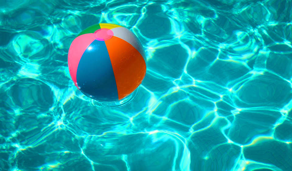 Zwembad met strandbal