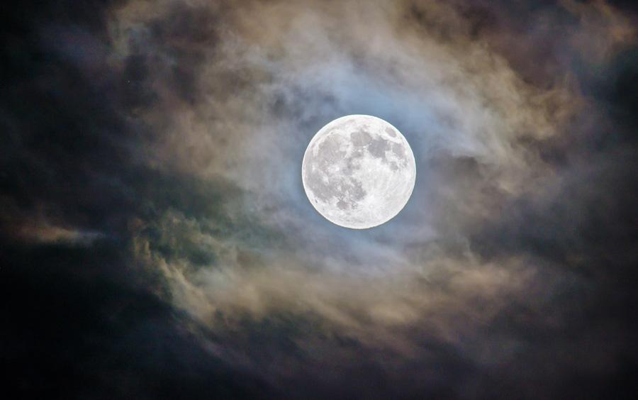 waarom staat de maan steeds ergens anders